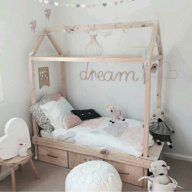 13. Màu đệm trung tính kết hợp với chất liệu gỗ từ giường làm không gian phòng ngủ cô các cô gái mang hơi thở đồng quê thật nhẹ nhàng.