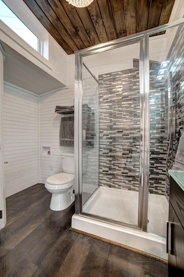 Phòng tắm nhỏ nhưng đủ tiện nghi với bồn tắm đứng.