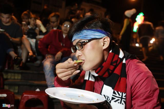 Thanh Cường, du khách đến từ TP.HCM, chia sẻ: Thưởng thức bánh tráng nóng hổi trong không khí se lạnh ở Đà Lạt, tôi cảm thấy ngon hơn so với ở nơi khác nhiều.