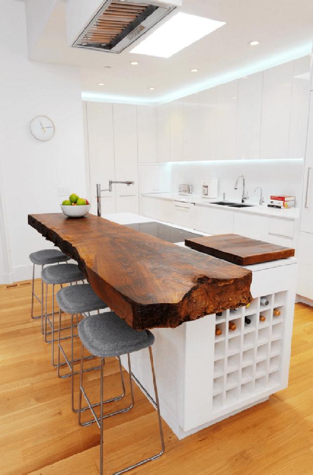 Một đảo bếp bằng gỗ màu tối với những đường nét góc cạnh thô sẽ tạo được cái nhìn sang trọng.