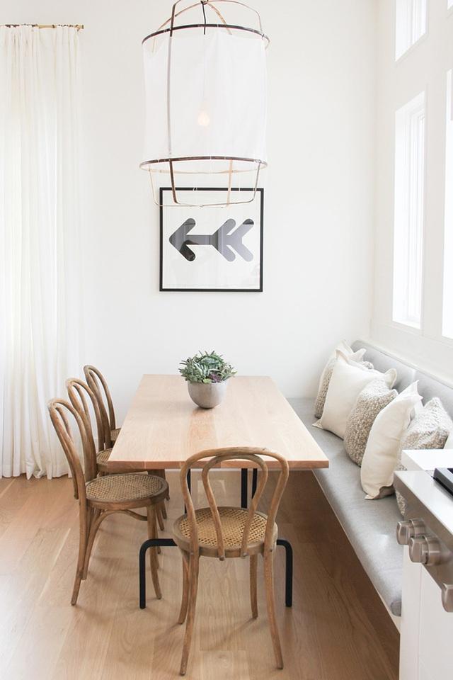 27. Đơn giản và dễ thở chính là những gì chúng ta nghĩ tới khi nhìn vào góc bếp đáng yêu này. Chiếc ghế băng tone màu trung tính đóng một vai trò quan trọng trong bố cục tối giản của không gian lý tưởng này.