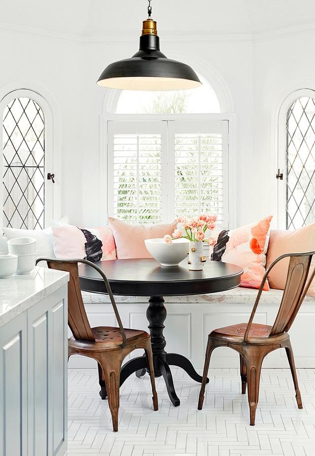 13. Trong một phòng bếp sáng, ghế băng bọc nệm của bạn cần phải nổi bật, hãy trang trí nó bằng những chiếc gối tựa lưng màu sắc và tạo nên một góc ăn nổi bật.