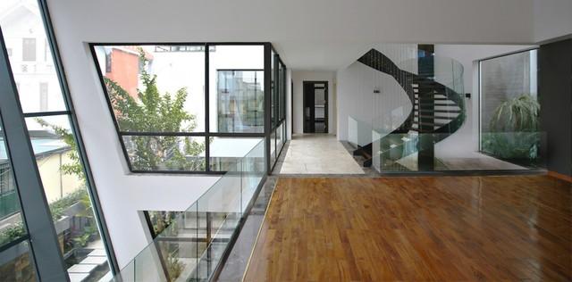 Tất cả không gian trong nhà đều có ít nhất hai mặt đón ánh sáng tự nhiên.