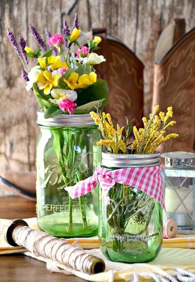 11. Những lọ thủy tinh màu xanh lá và những bông hoa dại cũng sẽ rất tuyệt.