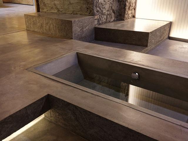 Có rất nhiều điều để chiêm ngưỡng về ngôi nhà hùng vĩ này ở Zurich. Đây thực sự là một ngôi nhà được nhiều thế hệ khác nhau tái tạo với số tuổi lên đến 170 tuổi. Kiến trúc sư Gus Wüstemann đảm bảo sử dụng nguyên liệu và màu sắc tự nhiên, giúp nội thất trở nên ấm áp và hấp dẫn. Ông cũng tạo dấu ấn hiện đại đặc trưng với bồn tắm chìm trong phòng tắm của ngôi nhà.