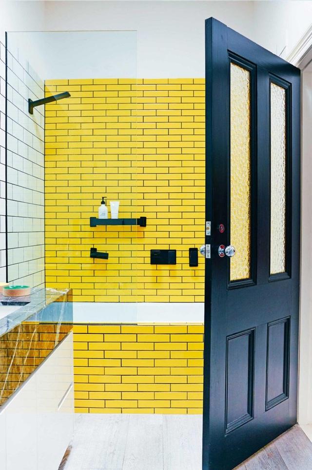 Ngoài việc tạo sự tương phản thành mảng, khối trên tường với nội thất dành cho các phòng tắm rộng thì ở những không gian hẹp, bạn có thể tạo sự tương phản màu ngay trên từng khoảng tường.