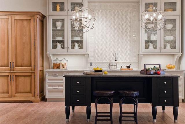 Dạng tủ thủy tinh này rất thích hợp trong những nhà bếp truyền thống hoặc phong cách retro.