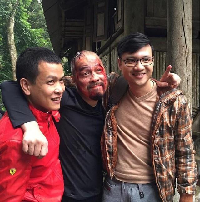 Phú trọi (NSUT Đức Hùng) mình đầy thương tích nhưng vẫn tươi cười bên hai đạo diễn Khải Anh và Mai Hiền.