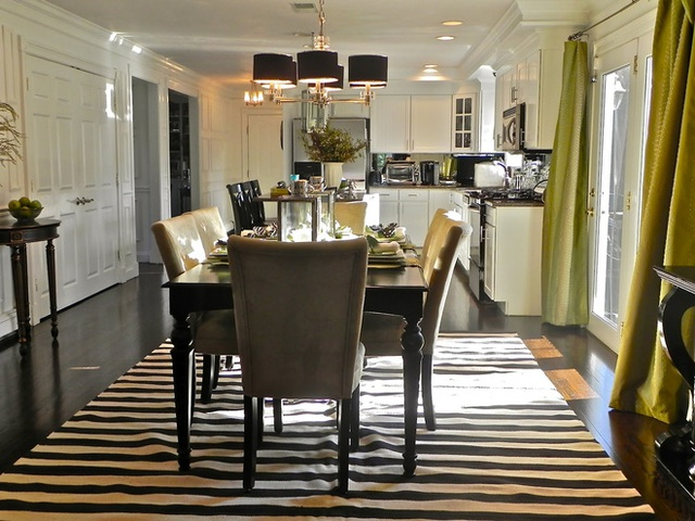 Một tấm thảm trải dưới gầm bàn ăn đem lại điểm nhấn trọng tâm cho bàn ăn, thu hút mọi người bước và ngồi vào bàn ăn ngay khi nhìn thấy.