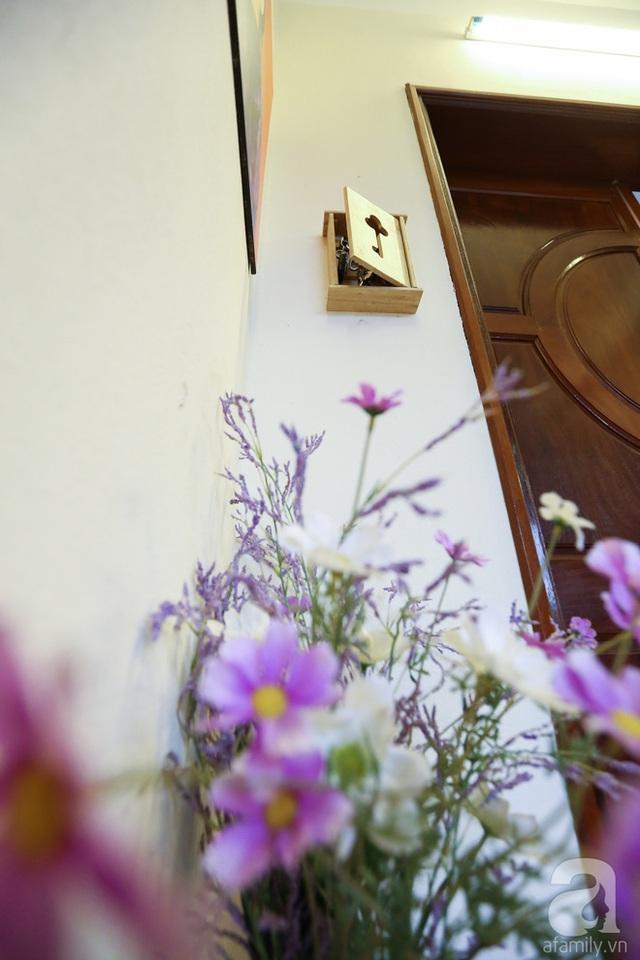 Màu sắc chủ đạo của ngôi nhà là xanh và nâu. Tuy nhiên, mỗi phòng đều được chủ nhân trang trí phù hợp với phong thủy và mệnh của từng người. Dù các phòng có màu sắc khác nhau nhưng đểu tạo được sự đồng nhất và hài hòa với màu sắc chủ đạo.