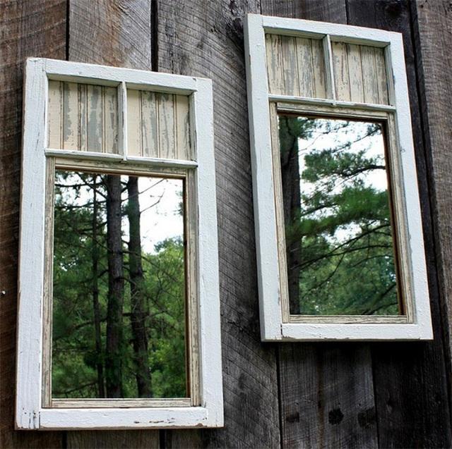 13. Bạn cần có thể thêm một vài tấm gương nhỏ treo tại sân sau cho sinh động và hấp dẫn.