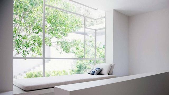 Điều gì có thể có được tối giản hơn so với bức tường trắng tinh khiết? Một căn phòng trắng cơ bản đòi hỏi một chỗ ngồi cửa sổ lớn mà bạn nhất định phải sử dụng gối hoặc đệm đa màu để làm nổi bật nếu không muốn làm nó biến mất trong không gian.