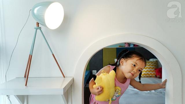 Chiếc cửa khá nhỏ nhưng cô bé nào cũng hào hứng với chiếc cửa đặc biệt này.