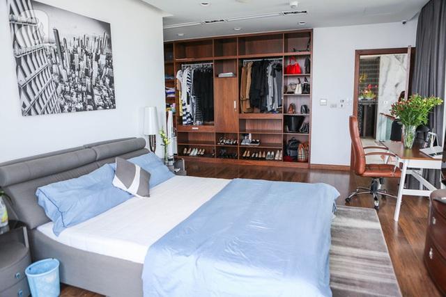 Phòng ngủ của chị Hà Bùi thiết kế nhã nhặn và sang trọng.