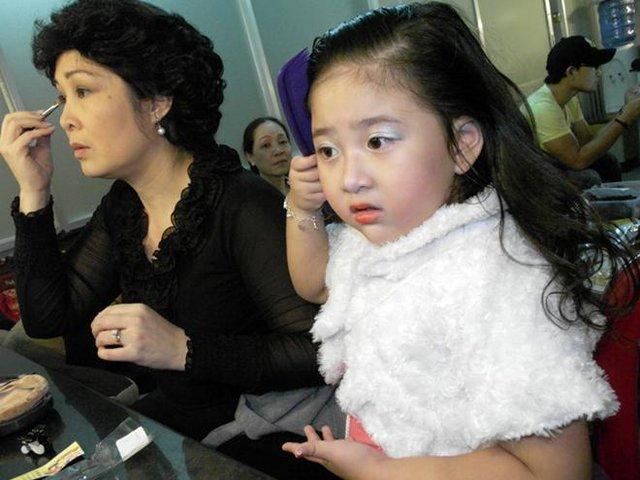 """Tuy còn nhỏ, nhưng Bí Ngô rất quan tâm đến mẹ. Bé cho biết: """"Mẹ hay ăn đêm. Bởi mẹ con bị một bệnh lạ, ăn buổi sáng nhiều khi bị nôn nên ban đêm đói. Mẹ cứ nói khi nào có thời gian sẽ đi khám, nhưng ít khi nào mẹ rảnh, cứ đi diễn, rồi đi làm ở sân khấu hoài hà"""" . Trước đây, khi còn nhỏ, Bí Ngô được các diễn viên kịch Phú Nhuận rất yêu thương vì bé không chỉ đáng yêu,tinh nghịch mà còn thông minh hay chú ý, vui đùa, quan tâm mọi người."""