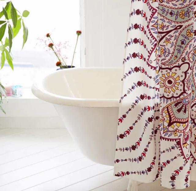 Để phòng tắm luôn sạch và ấn tượng, bạn có thể đặt thêm một tấm thảm nhỏ xinh, vừa chùi chân vừa làm đẹp không gian thư giãn.