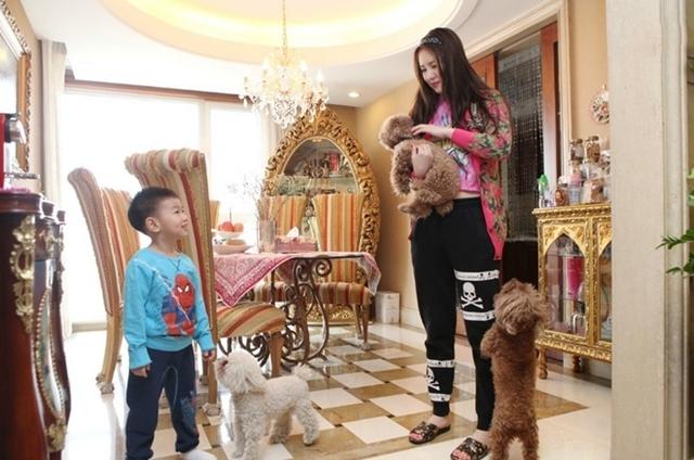 Tinh nữ lang họ Mạnh thường chia sẻ hình ảnh về cuộc sống xa hoa của mình. Người đẹp hiện đang sống tại một biệt thự cao cấp tại Bắc Kinh trị giá 16 triệu NDT (55 tỷ VND). Toàn bộ nội thất trong gia đình đều mang phong cách quý tộc châu Âu, toát lên sự xa hoa, sang trọng.