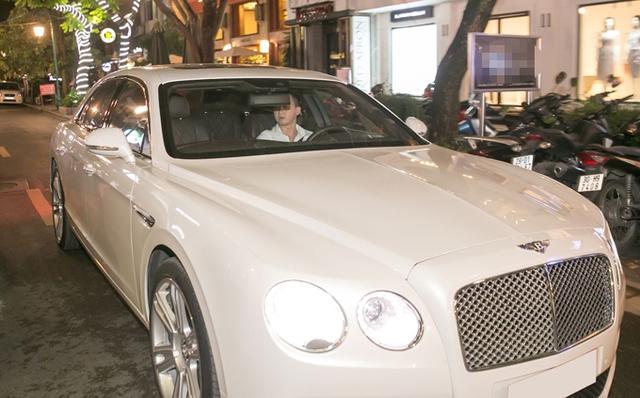 Trong lúc nam diễn viên dự tiệc và trò chuyện với các vị khách mời, tài xế riêng của anh đứng đợi bên ngoài.