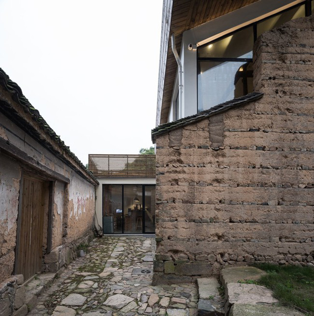 Bức tường gạch đất cổ kính.