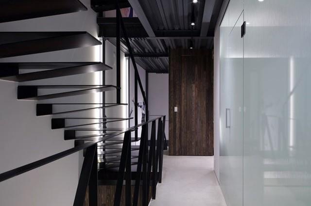 Trần nhà được làm bằng khung thép, sàn nhà bê tông và cầu thang được làm bằng thép thô.