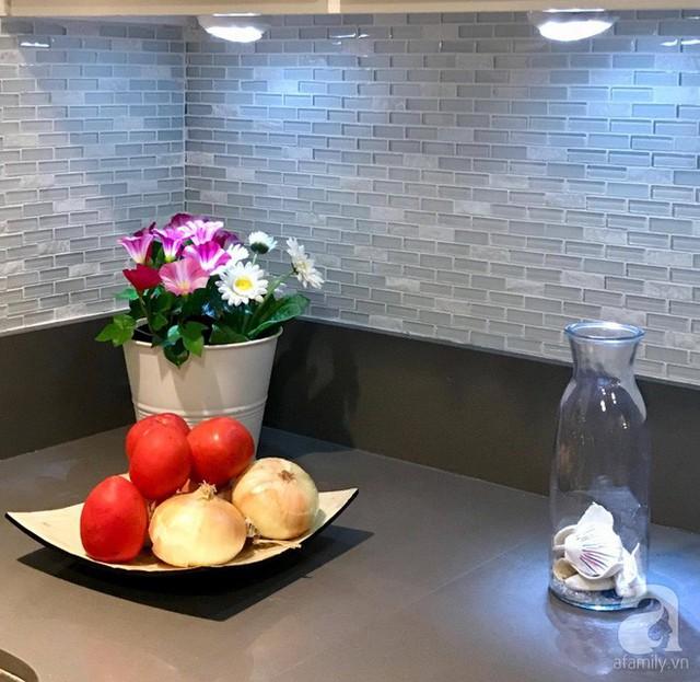 Không gian nấu nướng được chị Chi chọn tông ghi xám làm màu nhấn.