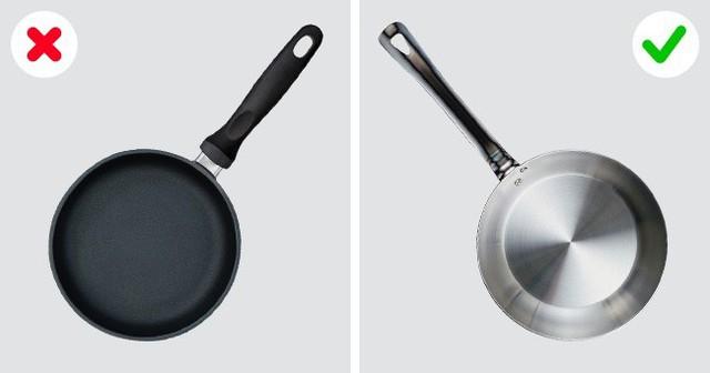 Chảo dính sẽ gây khó khăn cho bất kỳ người nấu bếp nào, ngay cả những đầu bếp chuyên nghiệp. Vì thế, tốt nhất là nên tránh xa loại dụng cụ làm bếp này, để món ăn luôn đẹp mắt nhất.