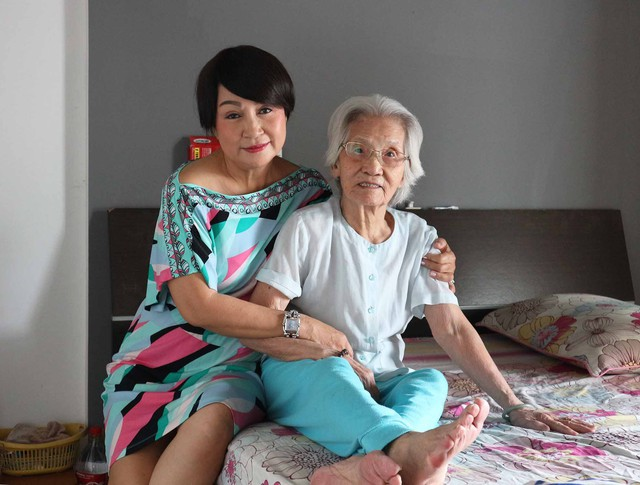 Hải Lý bên cạnh mẹ ruột năm nay đã 100 tuổi. Chị cho hay, trước đây, bà là người đùm bọc Duy Phương khá nhiều.