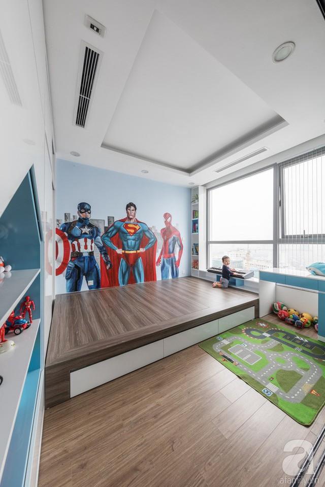 Phòng của con trai được thiết kế ở không gian ngập tràn ánh sáng tự nhiên. Không gian sử dụng sàn gỗ đậm màu hơn so với màu sắc của sàn gỗ ở các khu vực chức năng khác. Căn phòng với nội thất tối giản, cách trang trí vô cùng ấn tượng nhờ bức tranh 3D tự vẽ.