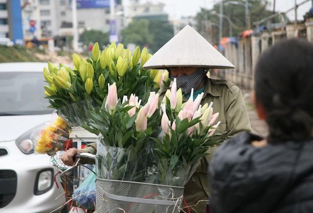 Không chỉ tại chợ hoa Quảng Bá mà tại khắp các ngõ ngách, đường phố tại Hà Nội đều xuất hiện những xe hoa tươi phục vụ người dân dịp Tết Dương lịch.