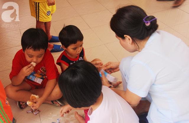 Hai đứa trẻ được các cô bảo mẫu, giáo viên ở trung tâm chăm sóc rất chu đáo, tận tình
