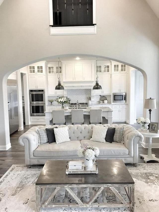 16. Tất cả phòng bếp màu trắng và màu xám với phòng khách màu xám và màu bạc đều được kết hợp trong một không gian mở.