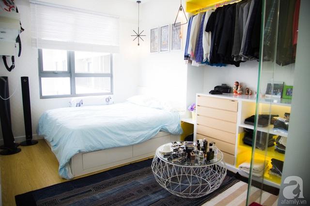 Chủ nhân dùng giường có ngăn kéo phía dưới để tăng diện tích lưu trữ đồ. (Ảnh Huy Nguyễn)