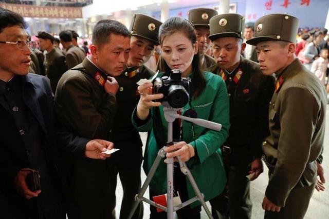 Vài anh lính đang chăm chú xem lại ảnh kỷ niệm khi tham dự triển lãm hoa Kimilsungia hôm 16/4, nhân kỷ niệm 105 năm ngày sinh cố chủ tịch Kim Nhật Thành.