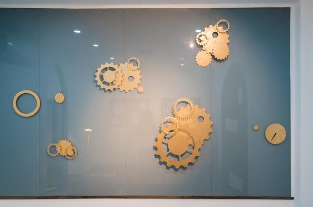 Những điểm nhấn trang trí mang họa tiết động cơ đồng hồ.
