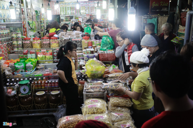 Bên cạnh đó, các gian hàng bán đặc sản Đà Lạt cũng đông nghẹt. Khách được thử thoải mái trước khi mua.