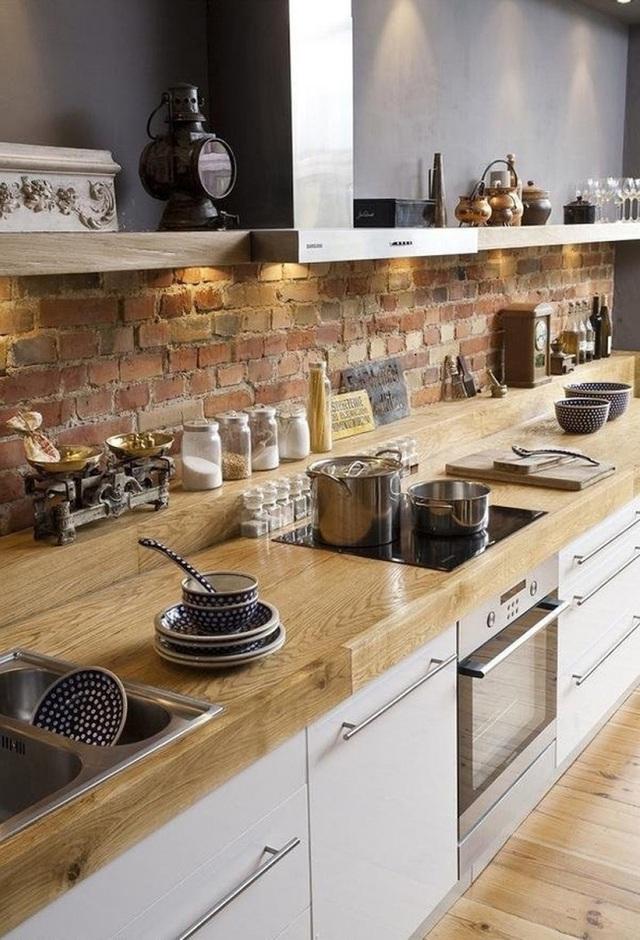 Mặt đảo bếp với gỗ màu sáng được đánh bóng góp phần trang trí cho không gian bếp.