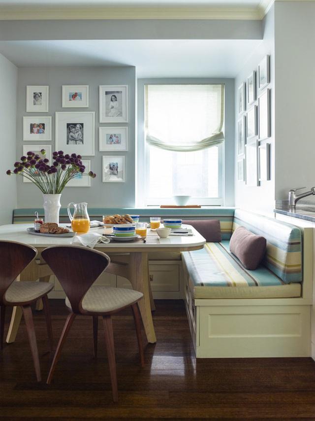 28. Đây là một khu ăn sáng hoàn hảo, với góc ăn bên cửa sổ, những bức ảnh gia đình và bình hoa tươi đặt trên bàn.