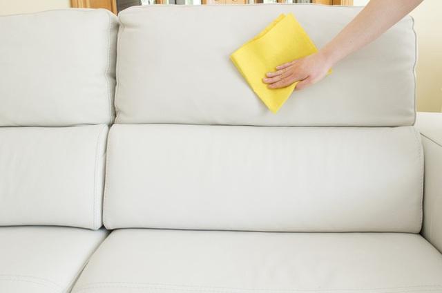 Để loại bỏ các vết sơn dầu trên vải, hãy dùng hỗn hợp xăng, axêtôn, và nhựa thông theo tỷ lệ bằng nhau.