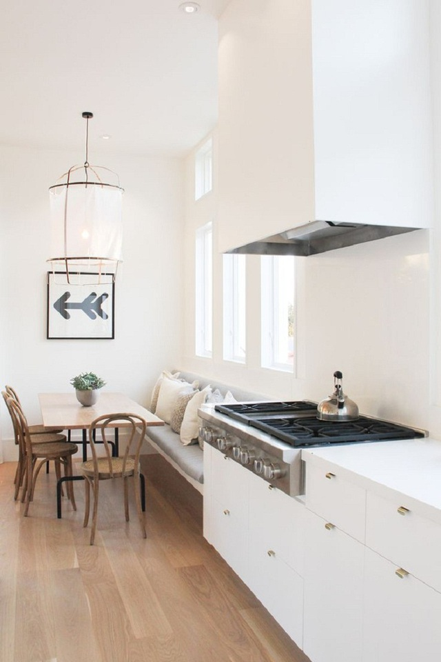 Bạn hãy tận dụng phần không gian chệch lệch với tủ bếp vì nó có thể thiết kế để trở thành góc ăn uống thoải mái cho cả gia đình.