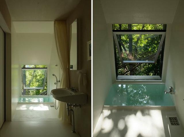 Ngôi nhà có tên Ordinary House tạo sự hấp dẫn bất ngờ ngay từ cái tên của nó. Ngôi nhà được thiết kế bởi kiến trúc sư Kasaka Shinichiro với kết cấu 2 tầng, nằm trên một ngọn đồi nhìn ra khu rừng rộng lớn. Mặc dù thiết kế đơn giản và không phức tạp, nhưng nó không thiếu nét duyên dáng và có cá tính riêng. Trong đó, bạn có thể nhìn thấy phòng tắm hẹp nhưng trong lành với bồn tắm chìm ở phía cuối.