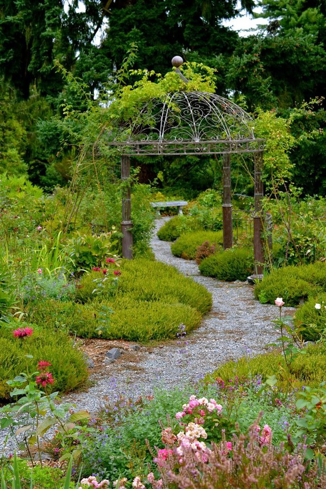 Vào mùa hè, hoa cẩm tú cầu nở rực rỡ phía dưới cổng vòm, phía trên được trồng hoa ông lão tạo nên một bố cục khoa học và chỉnh chu từ màu sắc đến cách thiết kế. Dạo bước dọc theo khu vườn, mọi người sẽ có cơ hội ngắm nhìn rất nhiều loài hoa đang thì nở rộ, rực rỡ và tươi tắn làm cho khu vườn thêm duyên dáng và tràn đầy sức sống.