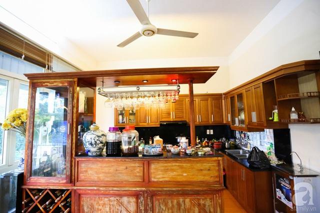 Không gian nấu nướng ấm cúng với chất liệu gỗ.