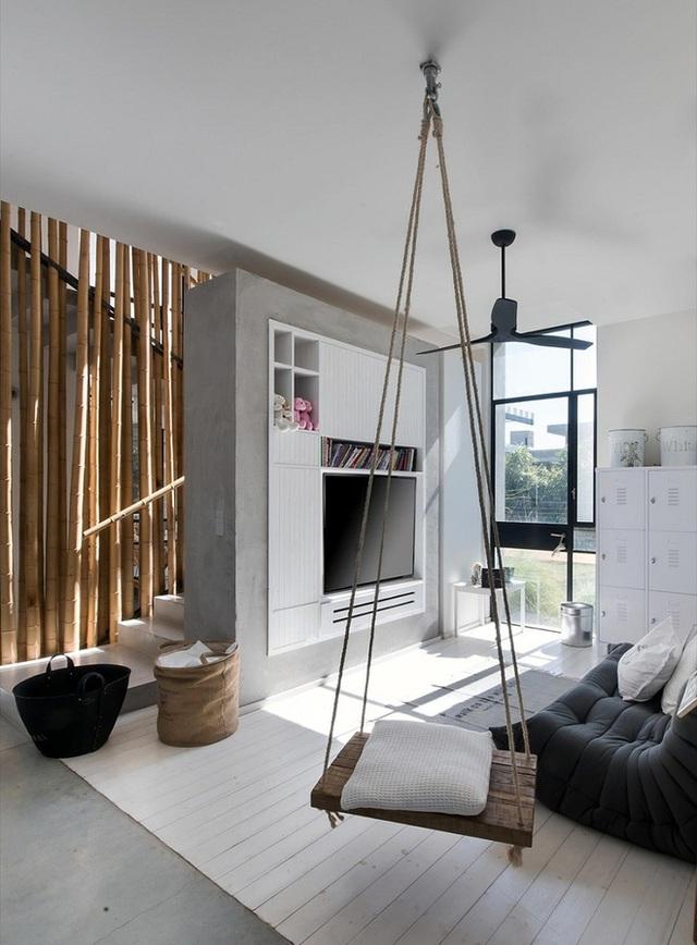 Không gian sống hiện đại với một bộ swing mộc mạc ấm cúng như một đơn vị lưu trữ và tiện lợi cho cả trẻ con và người lớn.