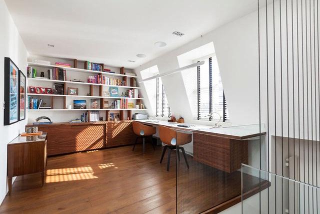 14. Thật tuyệt vời làm sao khi sở hữu một không gian học tập và làm việc đôi đáp ứng đầy đủ những yêu cầu như đối diện khung cửa sổ lớn, ngay bên cạnh là giá sách đồ sộ.
