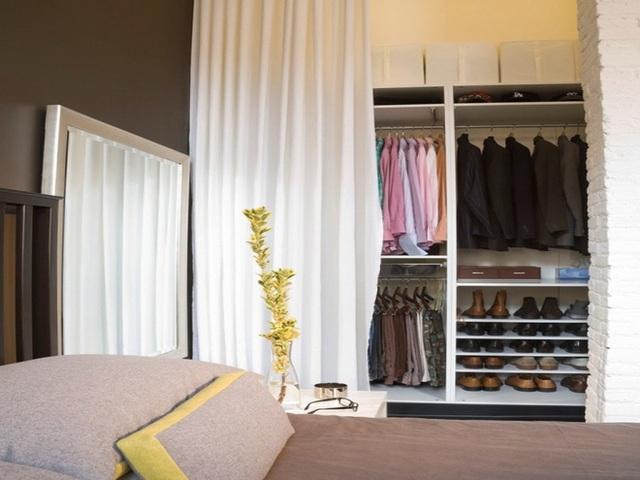 14. Tích hợp nơi để quần áo và giầy dép trong tủ để tiết kiệm tối đa diện tích phòng.