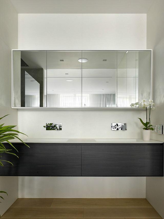 Một tấm gương lớn được đặt ngay chính giữa của không gian phòng tắm để không gian trở nên rộng rãi hơn.