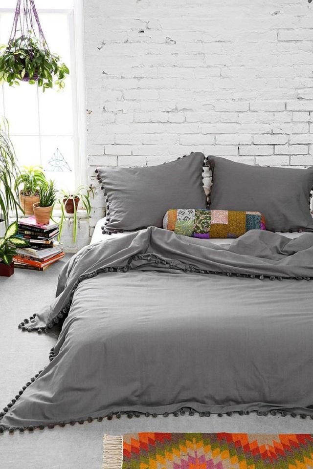 Ví như, thay vì một chiếc bàn đầu giường thì giờ bạn có thể dùng chồng sách yêu thích để thay thế.