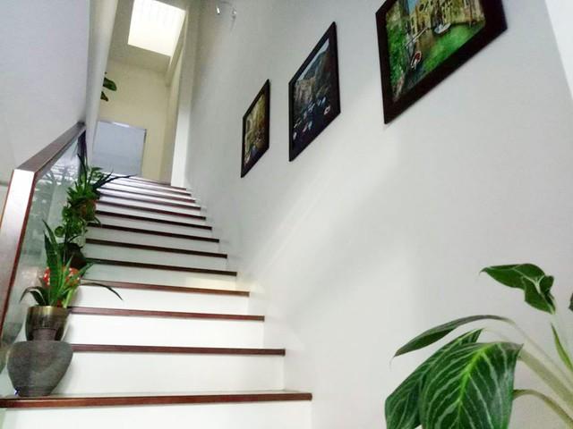 Trong nhà, góc cầu thang cũng được trang trí bằng những chậu hoa nhỏ.