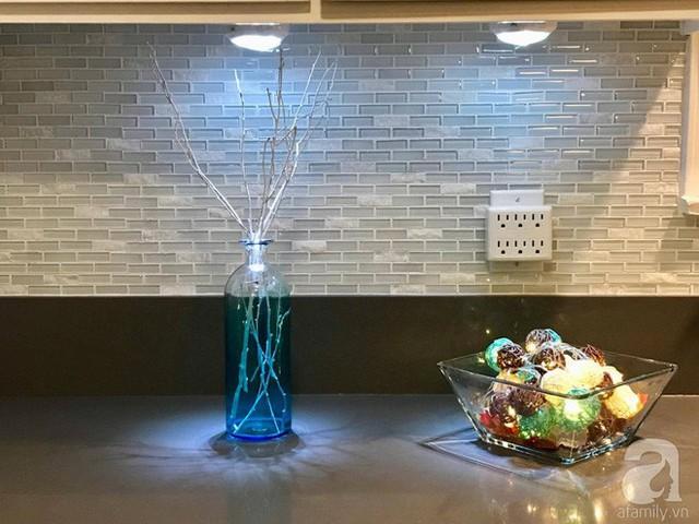 Vẻ đẹp hiện đại và nghệ thuật với ánh sáng lung linh từ đèn trang trí trong phòng bếp.