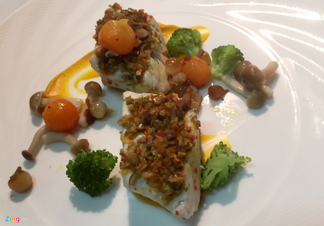 Món cá vược hấp ngũ vị được phục vụ sau khai vị.